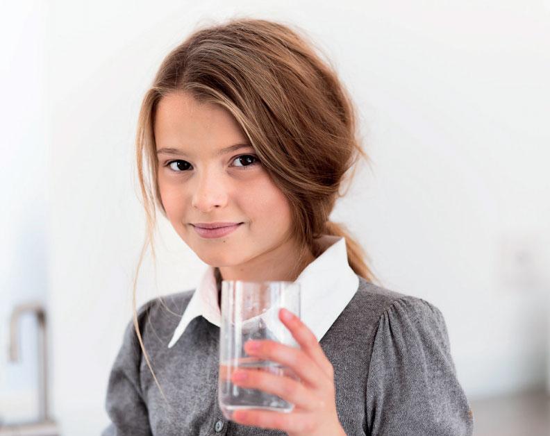 bluewater-flicka-vattenglas